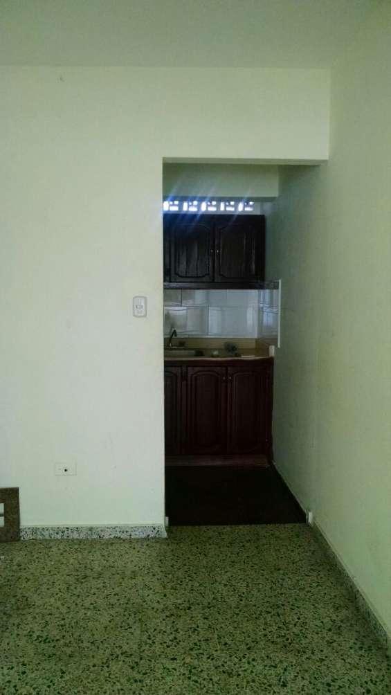 se alquila apartamento de 2 habitaciones en la zona de gascue