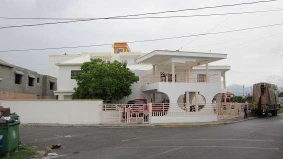 4 habitaciones, 4.5 baños, c/servicio con baños, casa de 2 niveles, muy amplia