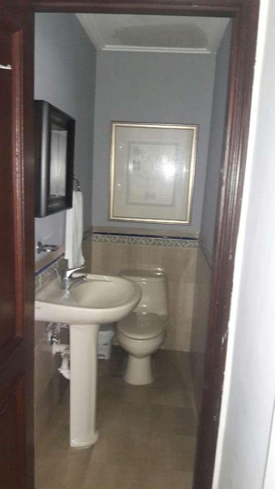 Se vente amplio apartamento amueblado en malecón center, calle george washington, en el nivel 17 de la torre.